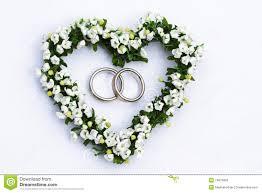 fleurs mariage coeur de fleur avec des boucles de mariage photos stock image
