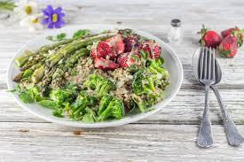 cuisine brocolis salade asperges quinoa brocolis fraises sauce tahine cuisine