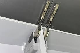 charniere cuisine dé de plan rapproché d une charnière sur le placard de cuisine