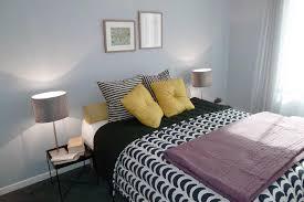 chambre gris et bleu chambre bleu gris décoré avec des accessoires à motifs dynamique