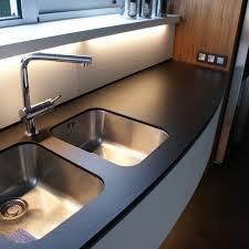le de cuisine suspendu cuisine avec évier suspendu mo design ebeniste designermo design