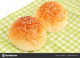 cuisiner chignon frais petits pains frais sur chiffon de cuisine vert photographie
