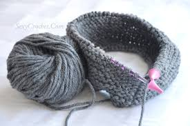 free knit pattern cowl from 2 types of yarn model 2