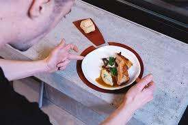 assiette porte verre niyona sous assiettes en cuir en collaboration avec gj cook