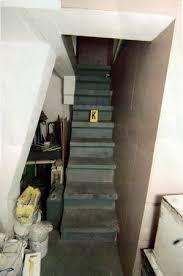 schmale treppen eine schwere tür sichert den durchgang zwischen verlies und vorraum