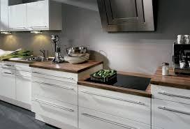 weiße küche mit holz holz arbeitsplatten machen die moderne küche gemütlich