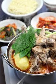 koreanische küche gamjatang schweinefleischknochen und kartoffelsuppe koreanische