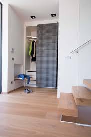 design garderoben ein schiebe vorhang deckt die garderoben nische ab die