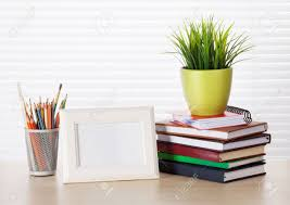 stores de bureau travail de bureau avec cadre photo livres et crayons sur table de