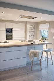 cuisine blanc laqué et bois cuisine equipee blanche laquee design mur lambris bois blanc sol