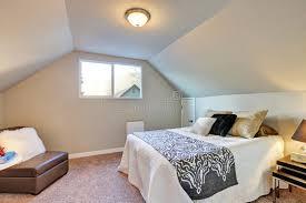 moquette chambre coucher chambre à coucher de grenier avec le grands lit et moquette image