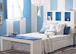 chambre bleu et blanc tête de lit et pied de lit en bois bleu et blanc