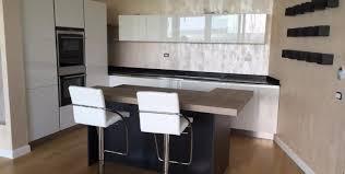 cucine piani cottura cucina con isola e piano snack in legno fabbriche mobili