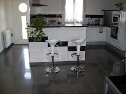 carrelage cuisine noir brillant modele cuisine noir et blanc galerie avec étourdissant carrelage