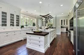 moderne kche mit insel weiße kochinsel und schwarze kronleuchter in einer modernen küche