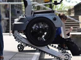 sedie per disabili per scendere scale la sedia a rotelle sale le scale grazie ai cingoli sotto le