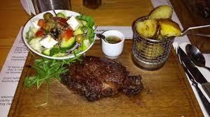 cuisine z stek z antrykotu ziemniaki pieczone z rozmarynem sałatka grecka