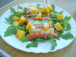 comment cuisiner un concombre salade de roquette saumon cru concombre et mangue sauce au wasabi