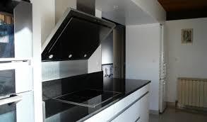 cuisine blanche plan de travail noir cuisine blanche avec plan de travail noir maison design bahbe com