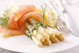 cuisiner le saumon fumé recette saumon fumé asperges blanches en vinaigrette mimosa