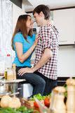 sexe dans la cuisine couples ayant le flirt à la cuisine photo stock image du baisers