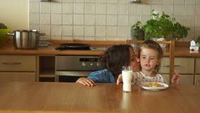 maman baise en cuisine maman avec la poussette montrant des pouces vidéos vidéo