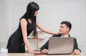 l amour dans le bureau d affaires à la recherche à l autre avec l amour au bureau