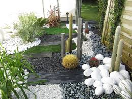 jardin gazon synthetique jardin sec cactus galets polis blancs gazon synthétique