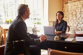 bureau d enregistrement femme saluant un invité au bureau d enregistrement d un hôtel