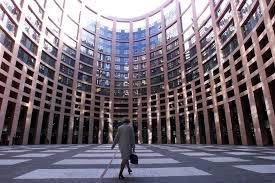 parlement europ n si e au parlement européen une assistante parlementaire tient un cahier