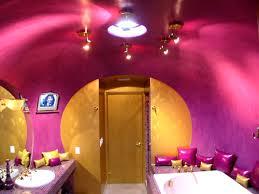 يبعث الدفء والبهجة.. الوردي الداكن موضة الحمامات في2011