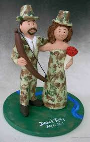 awesome camouflage wedding cake with hunters in camouflage wedding