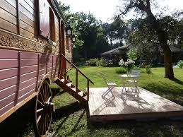 chambre d hote lit et mixe chambre d hôtes la roulotte de pellica roulotte lit et mixe forêt
