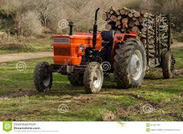 tracteur en bois tracteur avec entièrement chargé du bois de chauffage dans la