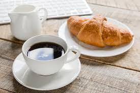 petit d駛euner au bureau café et croissant pour le petit déjeuner du fond en bois de bureau d