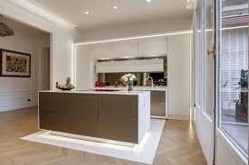 cuisine appartement parisien cuisine design de luxe ouverte dans un appartement haussmannien à