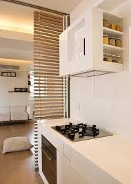 offene küche wohnzimmer abtrennen offene küche abtrennen mehr struktur durch lamellen vorhänge und co
