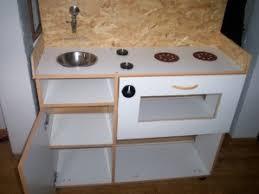 cuisine enfant fait maison fabriquer une cuisine enfant 12 avec vieux meuble de 2 lzzy co