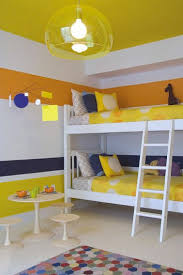 peindre les murs d une chambre peinture chambre enfant bandes de jaune blanc et orange