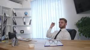 bureau homme d affaire mocassin au bureau homme d affaires jette papiers dans la