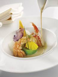 assiette de cuisine bouillon coquillages et crustacés saveur d asie langoustines en