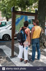 Lake Como Italy Map Tourists Looking At Map In Bellagio Lake Como Italy Stock Photo