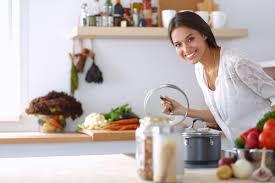 femme en cuisine odeurs de la cuisine 7 astuces de grand mère