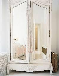 armoire vintage chambre comment décorer avec le grand miroir ancien idées en photos