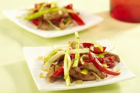 cuisiner au wok wok de porc caramelisé au poivron miel et coriandre maggi
