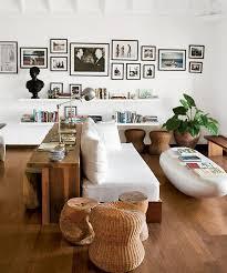 étagère derrière canapé j aime tout là les tableaux au mur le canapé blanc l étagère