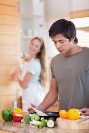 femme qui cuisine portrait d un homme qui cuisine pendant que sa femme fait la