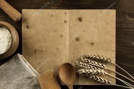 vieux livre de cuisine ouvert vieux livre vintage sur le fond en bois vieilli ustensiles
