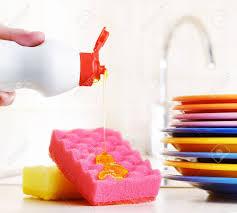 plastique cuisine plusieurs plaques colorées un éponges de cuisine et d une bouteille