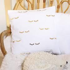 coussin chambre bébé coussin cils blanc et or décoration chambre enfant bébé ateliernat